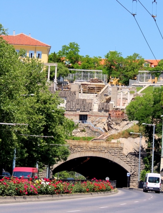 How was the tunnel under the Three Hills in Plovdiv built?